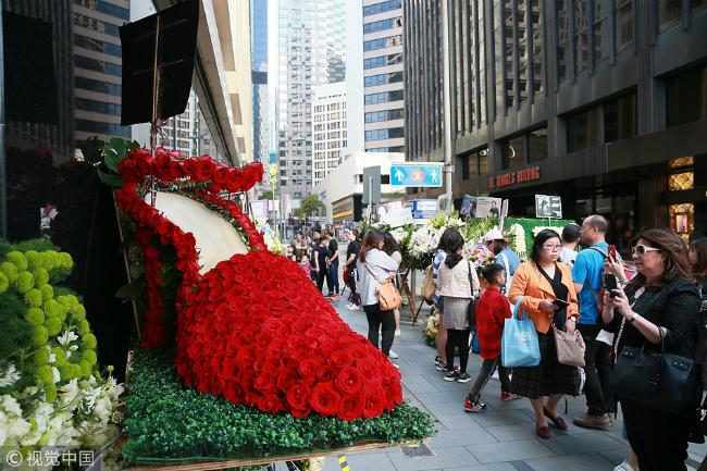 1/4 hàng năm là ngày giỗ của cốdiễn viên nổi tiếng Hong Kong Trương Quốc Vinh. Nơi anh nhảy xuống quyên sinh - khách sạnMandarin, dòng người tớiđặt hoa tưởng nhớ vẫn nối dài, minh chứng tình yêu bất tận mà khán giả dành cho ngôi sao tên tuổi, dù anhđã rađi gần hai thập kỷ. Năm 2003, bế tắc vì bệnh trầm cảm, Quốc Vinh gieo mình từ căn phòng khách sạn Mandarin xuống đất, chấm dứt cuộc đời ở tuổi 46, bỏ lại sau lưng tình yêu dang dở, sự nghiệp rộng mở và