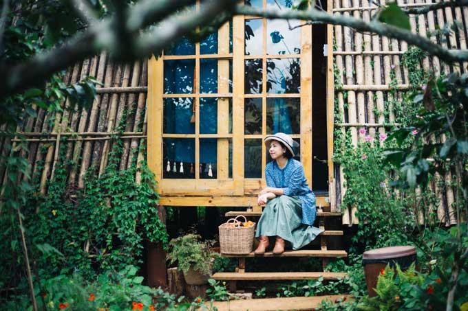 Huỳnh Hải Yến được biết đến ở Việt Nam với chuỗi dự án sáng tạo nước hoa và là tác giả của hai cuốn sách Bí mật những mùi hương và Ốc đảo mùi hương. Sau những chuyến công tác dài ngày để tìm kiếm hạt giống sáng tạo, chị lại trở về chốn bình yên của mình là khu vườn thơm mùi thảo mộc, hoa tráivà ngôi nhà gỗ mộc mạc ở cao nguyên Đà Lạt.