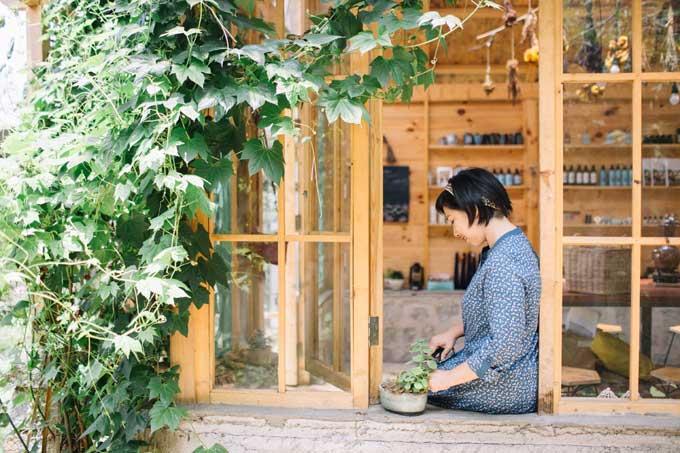 Ngôi nhà gỗ có phòng ngủ, phòng khách, bếp để đảm bảo nhu cầu sinh hoạt của cả gia đình. Ngoài ra, những hôm đẹp trời, chị Yến lại dựng lều ngoài trời để ngồi đọc sách hoặc chơi đùa cùng con gái nhỏ.