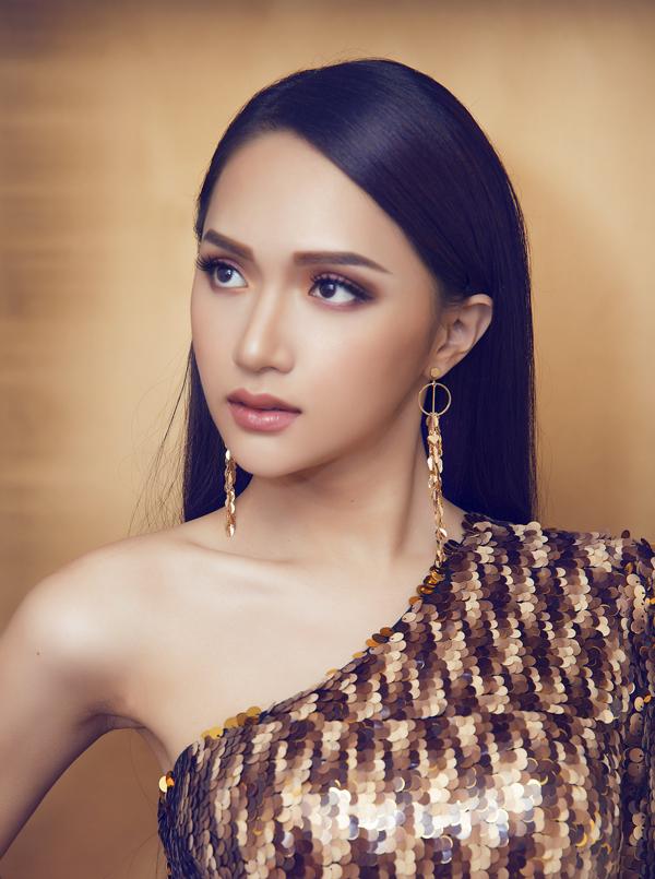 Tân Hoa hậu Chuyển giới sử dụng style trang điểm đậm, nhấn vào phần mắt để tạo điểm nhấn cho khuôn mặt.