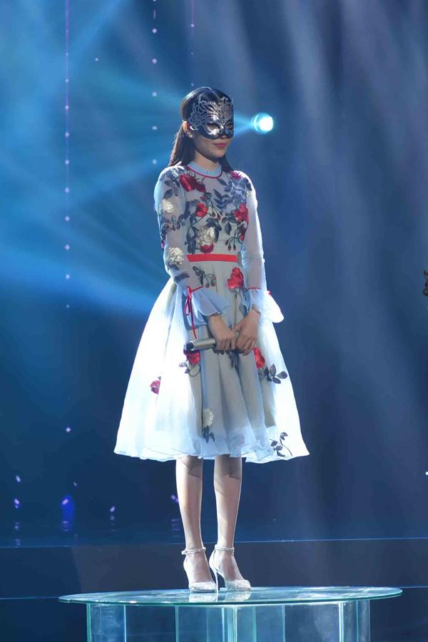 Nam Anh đeo mặt nạ dự thi theo luật của chương trình.