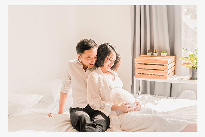 Vợ chồng Văn Anh - Tú Vi chụp ảnh kỷ niệm khi nữ diễn viên mang thai hơn 8 tháng.