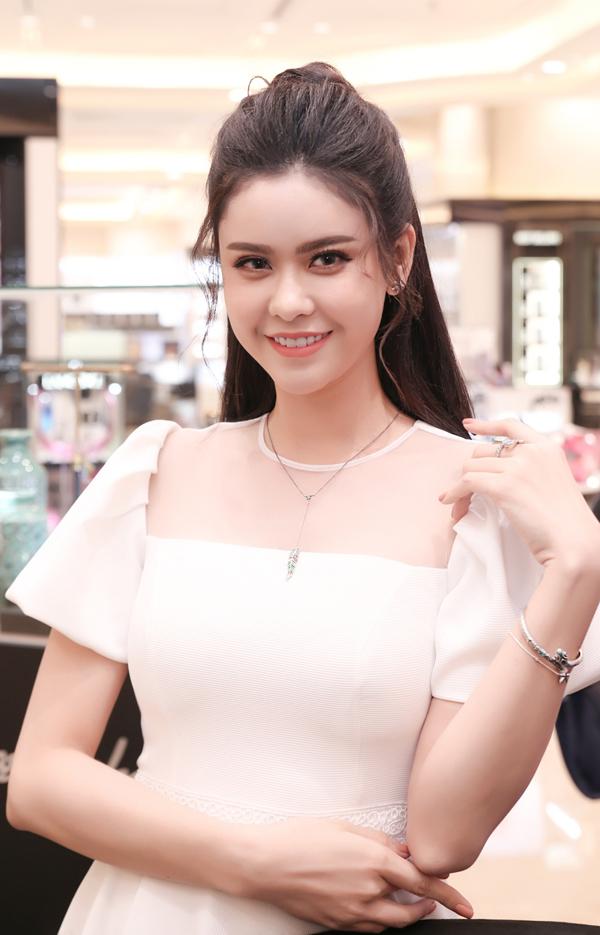 Trương Quỳnh Anh diện váy trắng tinh khôi của nhà thiết kế David Wong đi sự kiện.