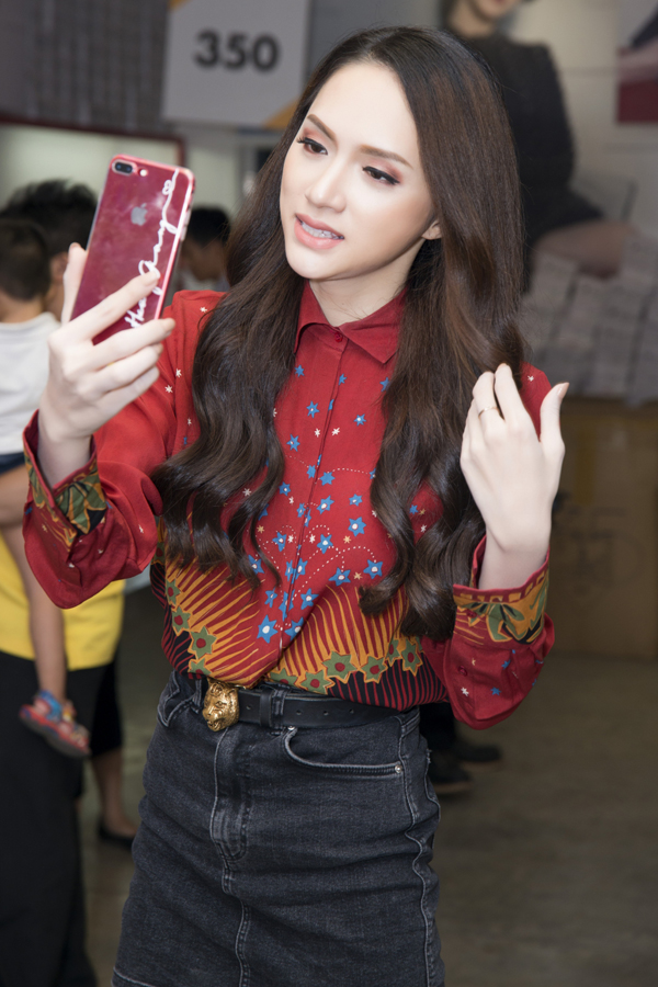 Sau đăng quang Hoa hậu, Hương Giang đi mua giày giá 200.000 đồng - 1