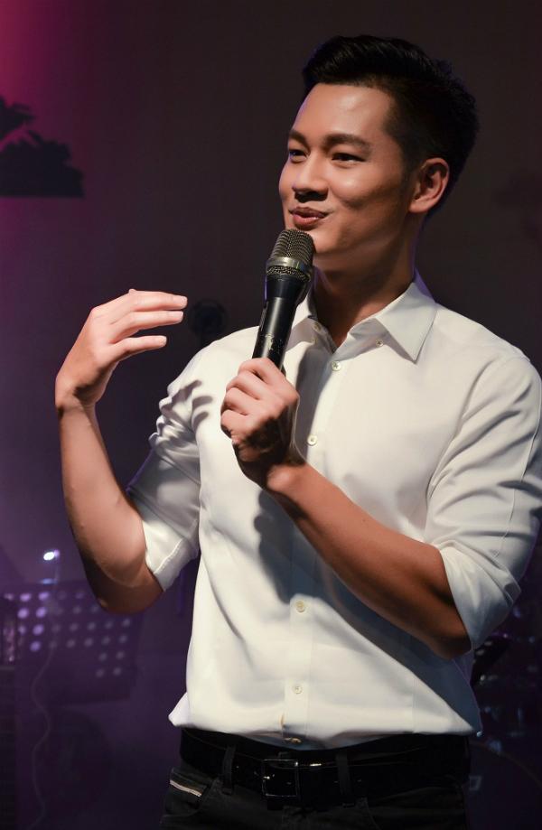 Chương trình còn có sự tham gia của nhiều ca sĩ nổi tiếng như Hồng Nhung, Lân Nhã, Đức Tuấn... Trong Ảnh, Đức Tuấn diện áo sơ mi giản dị khi xuất hiện trong đêm nhạc.