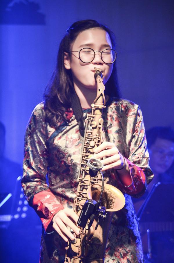 Con gái An Trần của nghệ sĩ  saxophone Trần Mạnh Tuấn phiêu khi biểu diễn cùng bố.