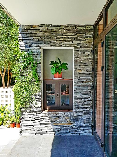 Nét độc đáo trong công trình của anh Hùng là cách sử dụng vật liệu đá chẻ để tăng tính thẩm mỹ. Từ khối đá lớn, anh cho người xẻ thành các viên nhỏ chừng 3-4 cm, ốp quanh căn nhà.