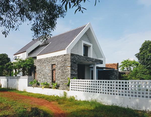 Không rườm rà về hình khối, gọn gàng nhưng tạo sự ấn tượng là những tiêu chí anh Phạm Hùng đưa ra trong quá trình thiết kế ngôi nhà hình chữ A. Anh sử dụng vật liệu thô mộc để tăng sự sinh động cho công trình.