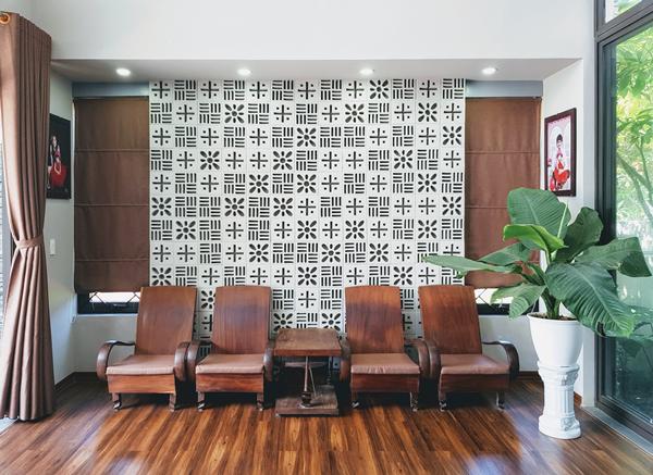 Hầu hết nội thất trong căn nhà được anh Hùng tận dụng mang qua từ nhà cũ. Bộ bàn ghế gỗ cùng tông sàn nhà và rèm cửa tạo cảm giác ấm cúng, bình yên cho phòng khách.