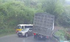 Ôtô con tạt đầu xe khách khiến xe tải suýt bị lật ở Lào Cai
