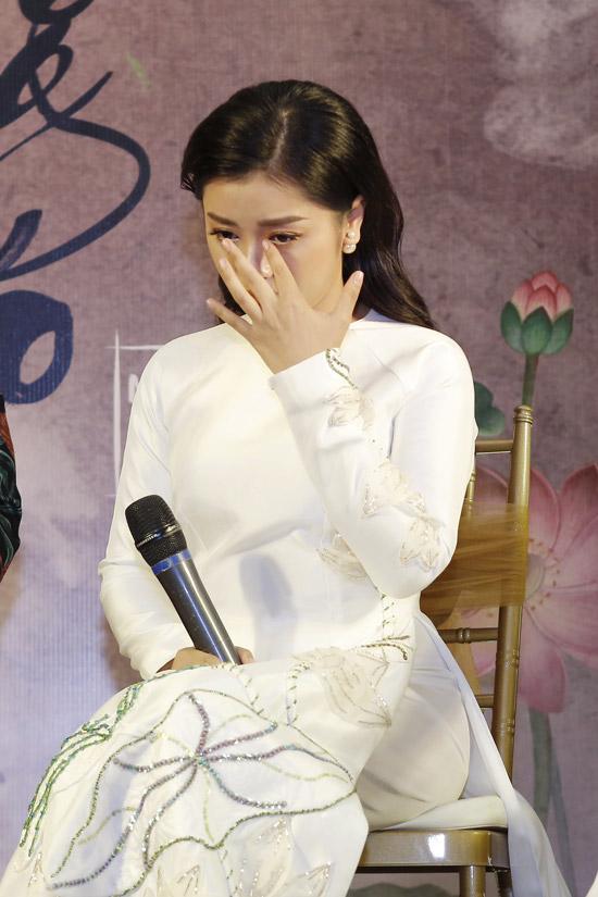 Khi được hỏi về lý do thôi thúclàm sản phẩmnhạc Phật, nữ ca sĩ đã không kìm được nước mắt xúc động. Cô nói,gia đình cô có người gặp nạn nên cô cùng mọi người đã đến gặp thầy để cầu mong những điều tốt đẹp sẽ đến. Tuy nhiên, số mệnh đã định, người thân của cô không thể qua khỏi. Từ đó, cô tìm đến đạo Phật nhiều hơn.