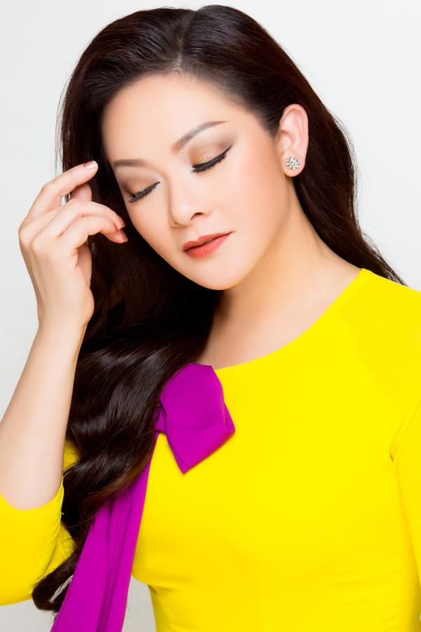Sử dụng màu chủ đạo là cam, chuyên gia trang điểm thoa phấn mắt cam nâu dạng nhũ ở bầu mắt, viền eyeliner mảnh