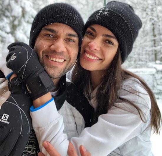 Alves bên cô vợ siêu mẫu Joanna Sanz.