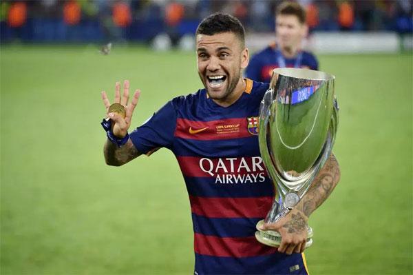 Hậu vệ người Brazil giành tới 23 danh hiệu trong 8 năm gắn bó với Barca.