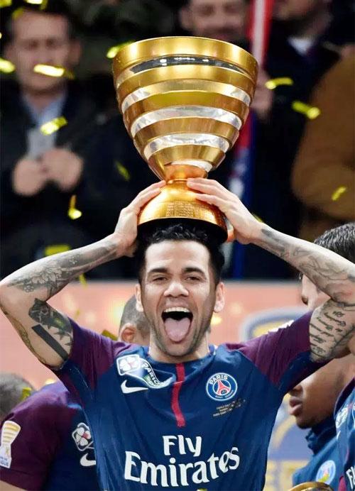 Dani Alves vô địch Cup liên đoàn Pháp cùng PSG hôm 31/3.