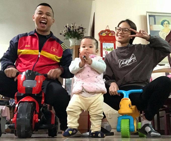Vợ chồng Chí Anh và con gái đầu lòng Kiwi. Ảnh: FB.