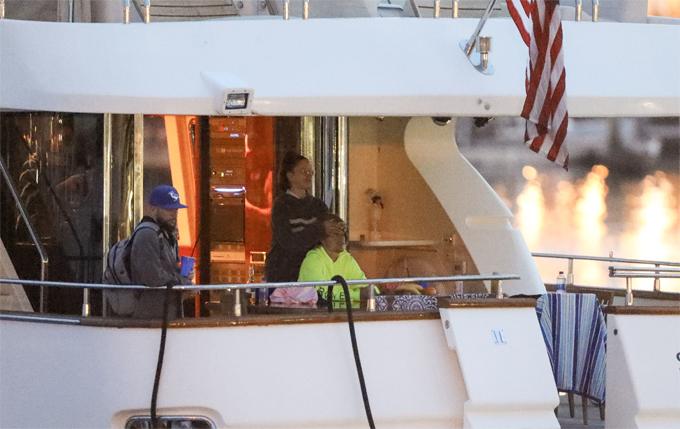 Trong khi đó, Justin Bieber đi chơi du thuyền ở biển Newport, California. Một cô gái tóc đen được trông thấy đứng bên Justin ngắm cảnh biển.