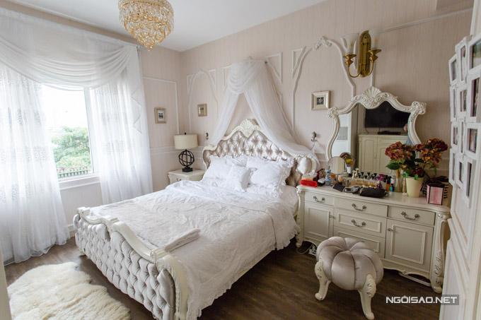 Phòng ngủ của Quế Vân vớitone trắng chủ đạo, trong đó đặc biệt nhất làchiếc giường công chúa.
