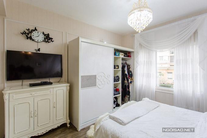 Một góc nhỏ trong phòng riêng được nữ ca sĩ dành để đặt tủ đồ túi xách, quần áo đồ hiệu.