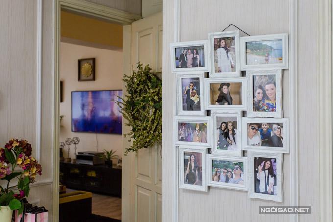 Trên tường của phòng ngủ còn có những khung cảnh kỷ niệm của nữ ca sĩ bên bạn bè.