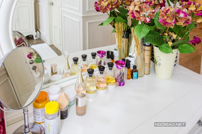 Góc bàn trang điểm gọn gàng, sạch sẽ. Quế Vân sắp xếp đồ rất ngăn nắp, chỉ để một vài lọ nước hoa cô yêu thích trên mặt bàn.