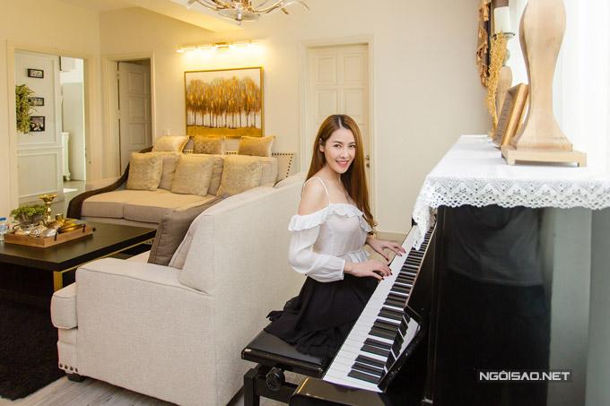 Trong gian phòng khách, nữ ca sĩ còn đặt cây piano để trang trí. Mặc dù đã ngừng đi hát nhưng thi thoảng cô vẫn dành thời gian tập đàn.