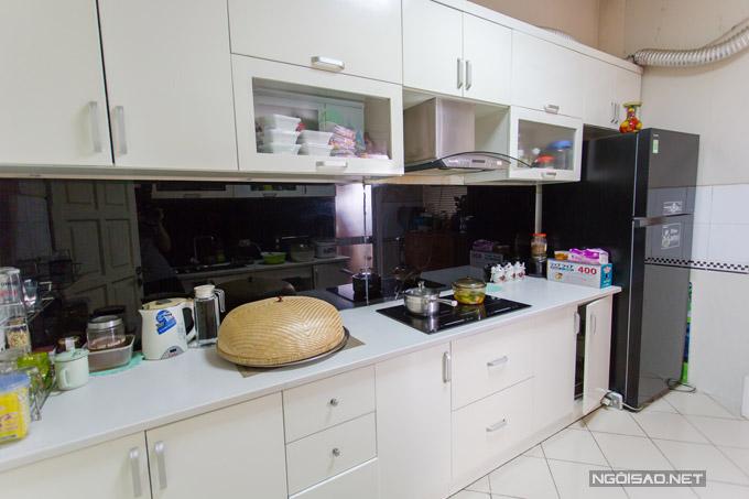 Gian bếp là nơi mẹ ruột và nữ ca sĩ thường chuẩn bị bữa cơm mỗi ngày.