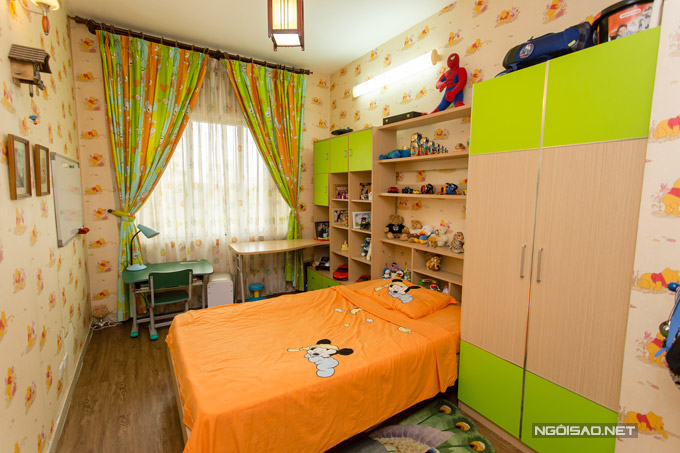 Không gian riêng của con trai Quế Vân lại sặc sỡ sắc màu với tone cam, xanh lá cây. Giấy dán tường còn có hình chú gấu Pooh dễ thương. Con trai nữ ca sĩ đặc biệt yêu thích mô hình các loại xe hay siêu nhân.