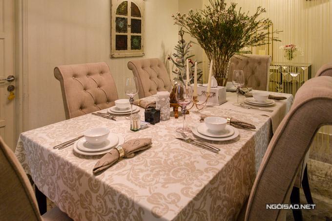 Phòng ăn với bộ bàn ăn, dao dĩa cao cấp y như trong khách sạn 5 sao.