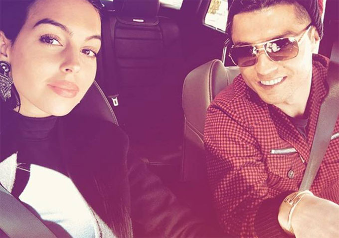 Cặp đôi trên xe hơi. Ảnh: NN.