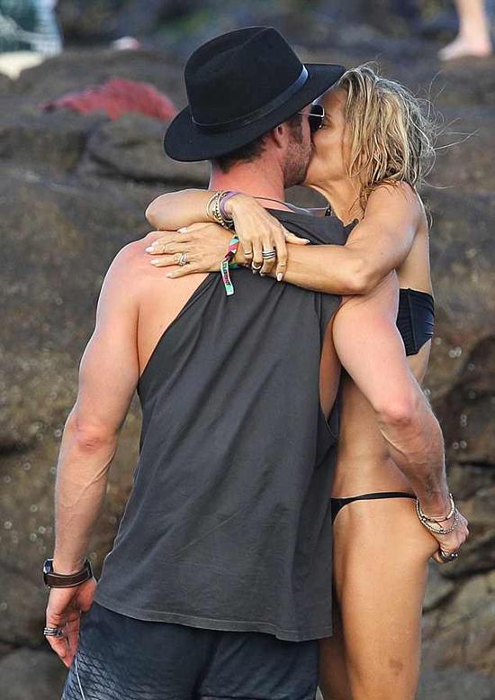 Khoảnh khắc ngọt ngào của vợ chồng Chris Hemsworth hôm thứ 2 lọt vào ống kính của các paparazzi ở xứ sở chuột túi.