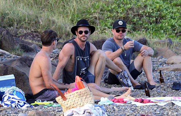 Tài tử Matt Damon và bạn bè của Chris Hemsworth ở Hollywood thi thoảng lại đến Australia, gặp gỡ Chris.