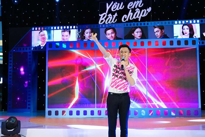 Dương Triệu Vũ cũng tham gia biểu diễn để khuấy động không khí.