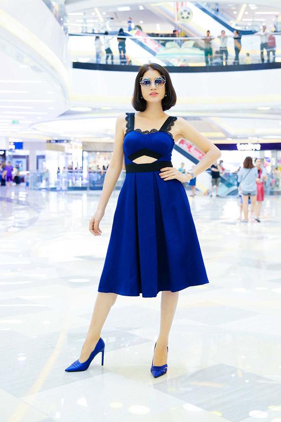 Trang Trần diện váy xanh khoét eo đến tham gia buổi giao lưu.