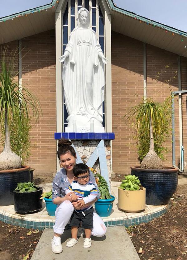 Hai mẹ con Thuỷ Tiên - Thiên Từ nhà Đan Trường cùng nhau đi chơi lễ Phục sinh.