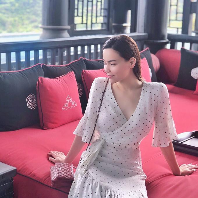 Hồ Ngọc Hà mảnh mai trong chiếc váy có thiết kế vintage khi nghỉ dưỡng ở Đà Nẵng cùng Kim Lý.