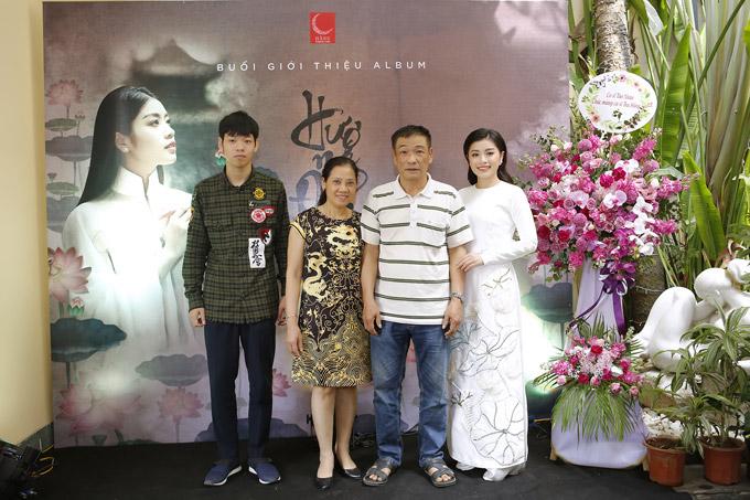 Gia đình Thu Hằng đến chúc mừng cô trong ngày ra mắt sản phẩm mới.