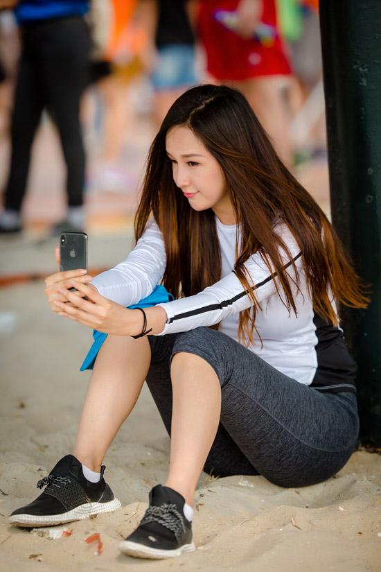 Cô nhí nhảnh selfie, ghi lại khoảnh khắc đáng yêu để khoe trên trang cá nhân.