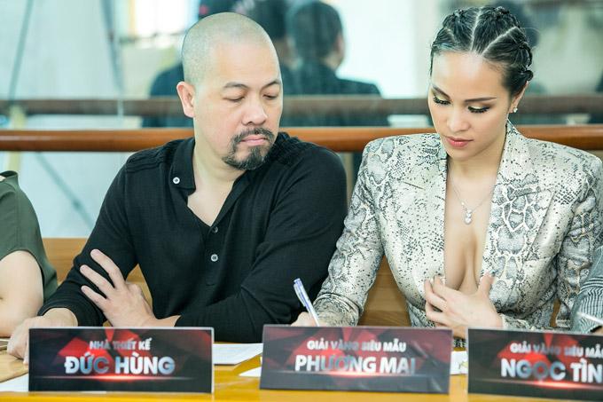 Ngay cả khi ngồi chấm thi, Phương Mai cũng cẩn thận giữ cổ áo.