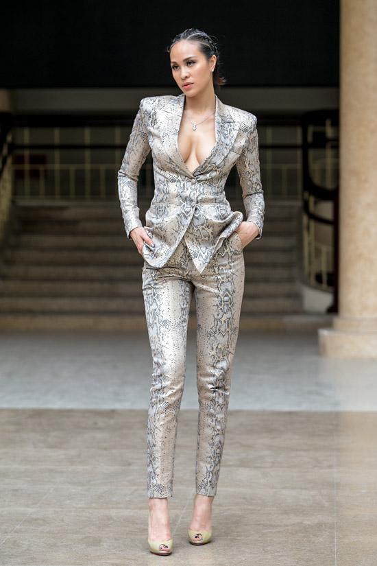 Vừa hạ cánh xuống sân bay Nội Bài vào chiều 1/4, Phương Mai vội vã di chuyển đến địa điểm casting khu vực phía Bắc cuộc thiSiêu mẫu Việt Nam 2018. Không chọn trang phục nữ tính, cô mặcbộ vest họa tiết da trăn của NTK Chung Thanh Phong với phần ngực hở bạo.