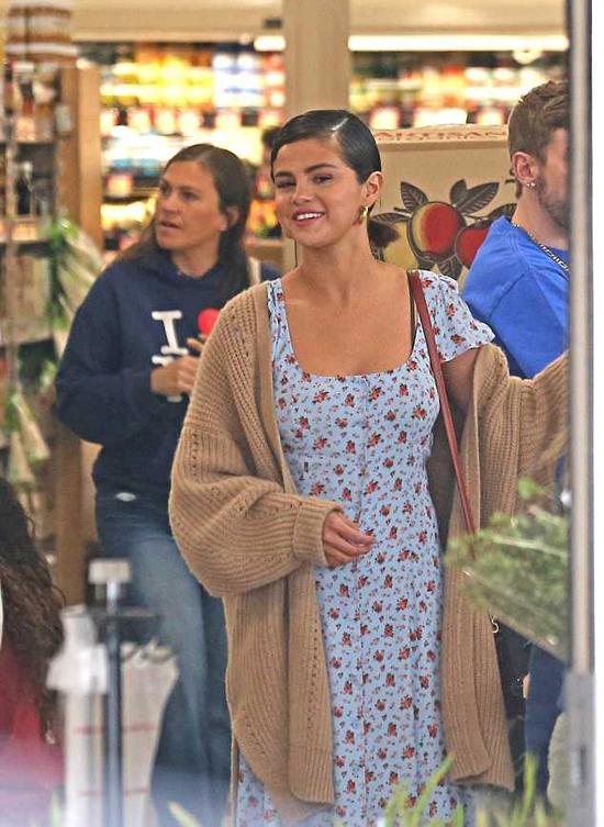Selena có tâm trạng khá vui vẻ trong ngày lễ Phục sinh.