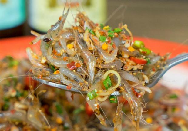 Món gỏi tép nhảy 'nhẫn tâm' ở vỉa hè Thái Lan