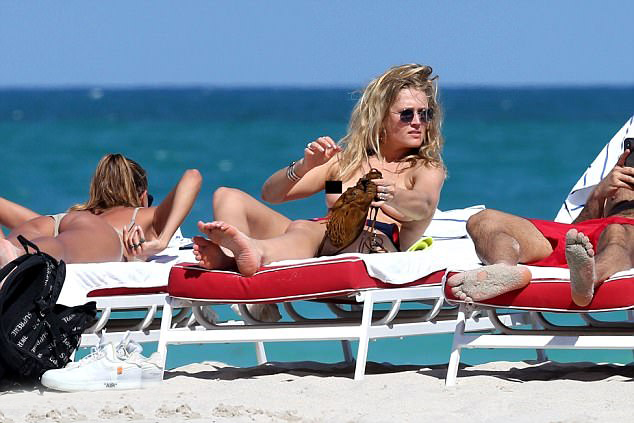 Toni từng có hơn một năm hẹn hò với Leonardo Dicaprio trước khi chia tay vào năm 2014. Cặp sao tái hợp một thời gian ngắn vào cuối năm ngoái. Tuy nhiên hiện tại Leo đã có bạn gái mới là người mẫu 20 tuổi Camila Morrone.