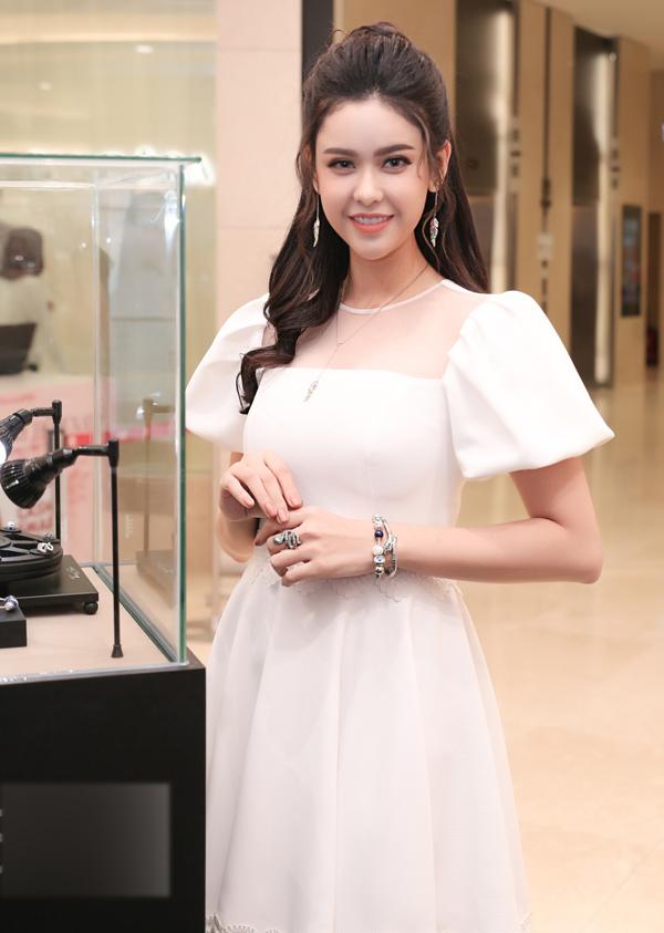 Từ khi công khai ly hôn với ca sĩ Tim, Trương Quỳnh Anh đi về lẻ bóng.