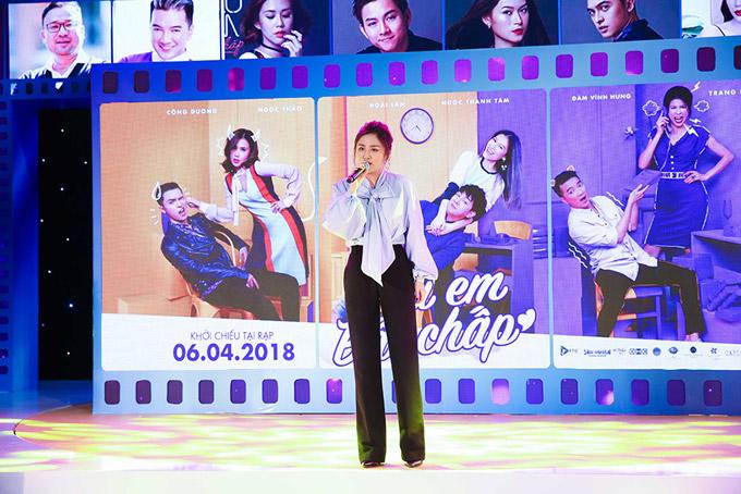 Văn Mai Hương nồng nàn khi thể hiện ca khúc Lâu đài hát.