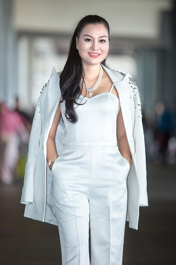 Trước khi tham gia cuộc thi, người đẹp Huyền Nhung từng giành danh hiệu Hoa hậu vì cộng đồng và Hoa hậu thời trang tại cuộc thi Hoa hậu Doanh nhân người Việt châu Á tại Đài Loan.