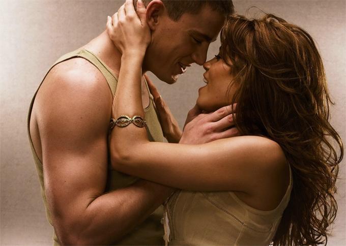 Năm 2006, Channing Tatum và Jenna Dewan lần đầu gặp nhau khi đóng cặp trong Step Up. Những cảnh quay lãng mạn và cuồng nhiệt trong bộ phim tình cảm này đã khiến hai ngôi sao thực sự rung động về nhau. Sau khi bộ phim đóng máy, Channing và Jenna chính thức hẹn hò. Tình yêu của cặp sao ngoài đời thật khiến các fan của bộ phim vui sướng nức lòng.