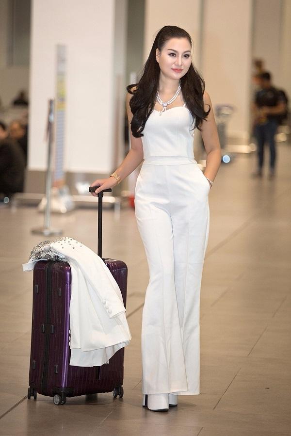 Tân Nữ hoàng Sắc đẹp doanh nhân 2018 khoe sắc ở sân bay - 2