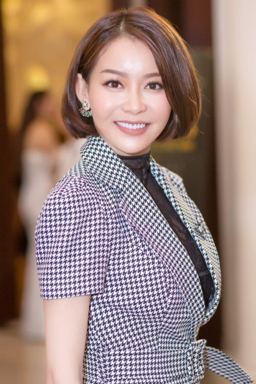 Người đẹp trẻ trung với tóc ngắn ,váy lịch thiệp do nhà thiết kế Chung Thanh Phong đo ni đóng giày, cô nổi bật với làn da trắng cùng thân hình chuẩn.