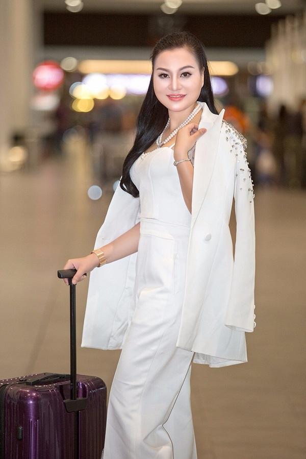 Tân Nữ hoàng Sắc đẹp doanh nhân 2018 khoe sắc ở sân bay - 1